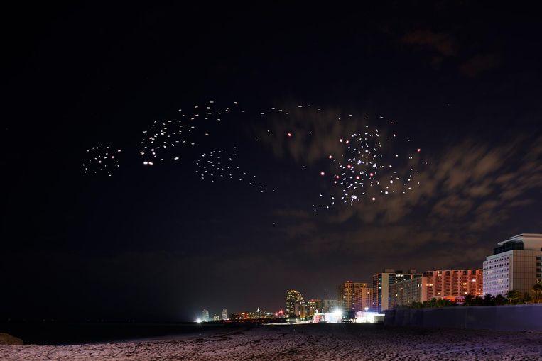 De zwerm drones belooft een spectaculair plaatje op te leveren Beeld Studio Drift