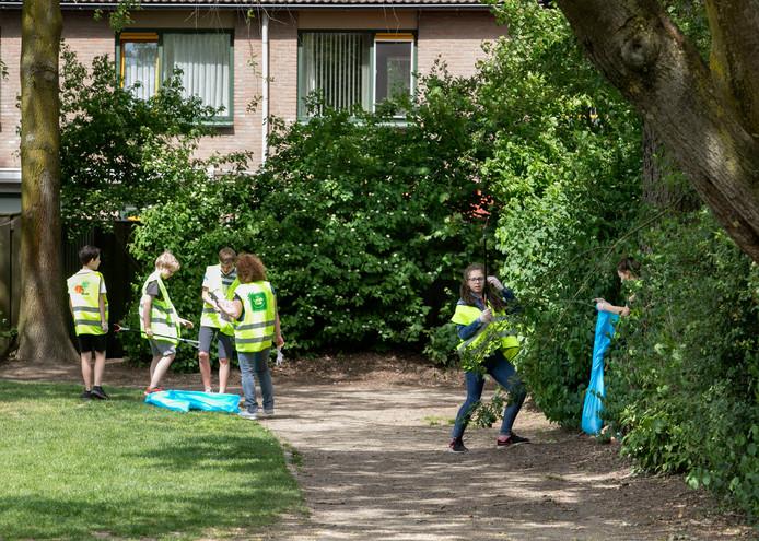 Jongeren ruimen zwerfvuil op.