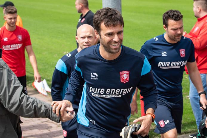 Gonzalo Garcia Garcia begroet de supporters voordat hij het veld opkomt. Links achter hem de nieuwe assistent-trainer Dennis van der Ree.