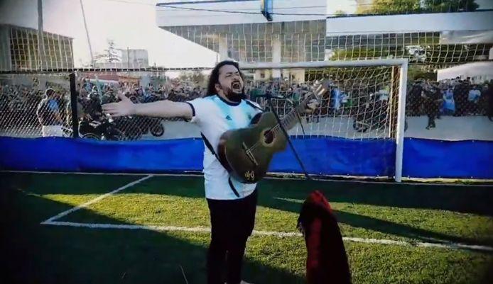 Argentijnse zanger brengt zijn laatste groet aan Maradona.