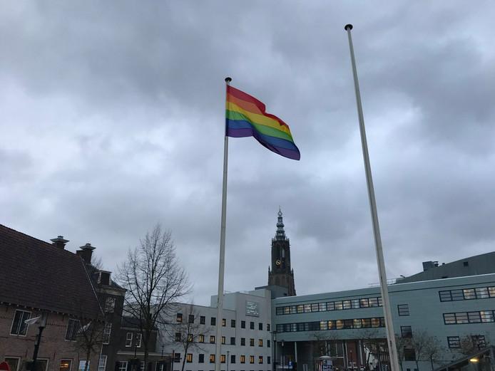 Amersfoort toont de regenboogvlag.