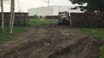 Bordjes om bedrijven Crop's en Vandenavenne beter aan te duiden: 'Want nu rijden ze nog te vaak de Oostrozebeeksestraat in'