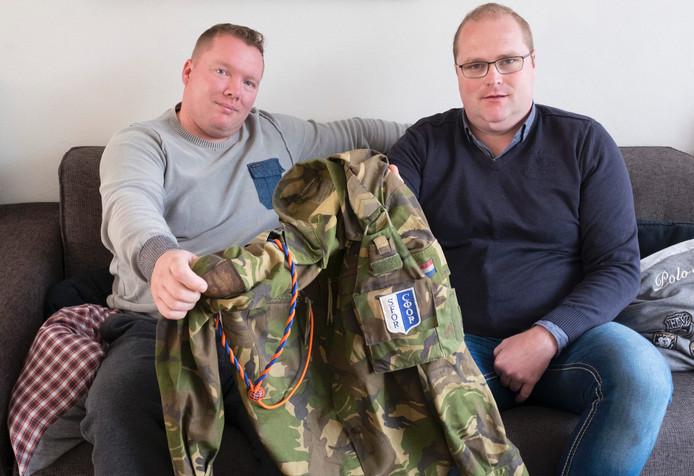 Schoolvrienden Mark van der Paal (links) en Patrick Juffermans delen een uniformjasje. De twee willen een Schouwse veteranenclub oprichten.