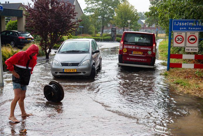 Een zomerse regenbui zorgde vorig jaar voor problemen met het riool in de Baan in IJsselmuiden. Bewoners aan de Spoorkade kregen het overtollige regenwater vooral via het toilet de woningen binnen.