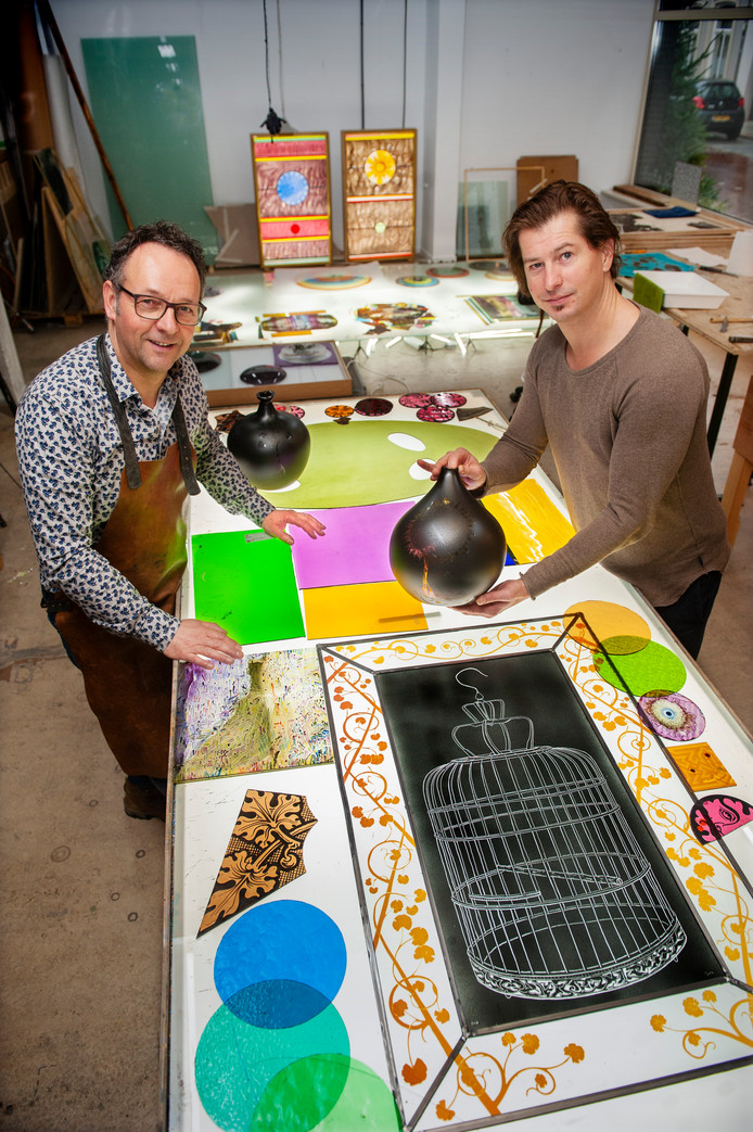 Ad van den Hoven en Jan Koen Lomans in het GlasLab in de Vughterstraat in Den Bosch. Foto Olaf Smit