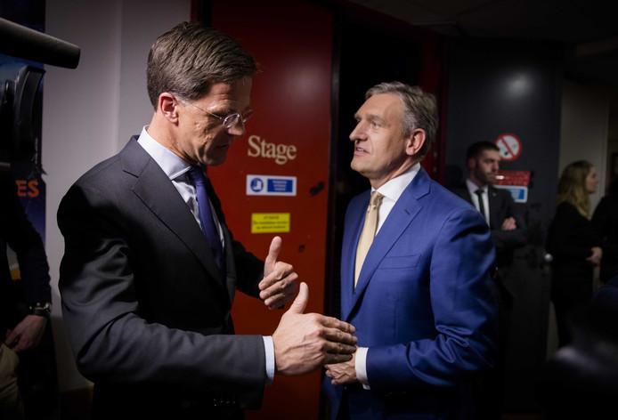 Premier Mark Rutte en Sybrand Buma (CDA) na afloop van het Carré-debat in 2017. Het is nog niet duidelijk of Rutte ook meedoet bij de tv-debatten in de aanloop naar de Provinciale Statenverkiezingen.