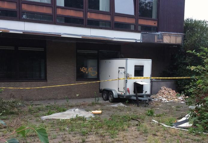 Bij het voormalig postkantoor aan de Spoorlaan in Etten-Leur wordt asbestsanering gedaan.