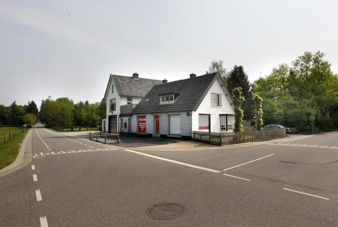 Het voormalige garagebedrijf en tankstation Veldwijk aan de Miggelenbergweg in Hoenderloo. Rechts de Brouwersweg. Op de plek van het garagebedrijf komen acht appartementen en twee of drie woningen. foto Cees Baars