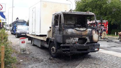 Takelwagen uitgebrand langs N70