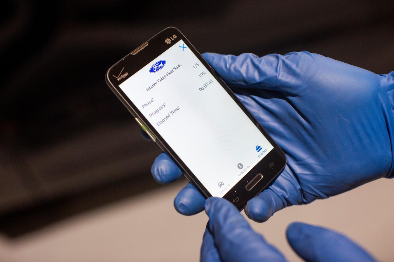 Met een app is de verhitting van het interieur te volgen. Het onderzoeksteam van Ford richt zich op de Ford Explorer als politieauto.