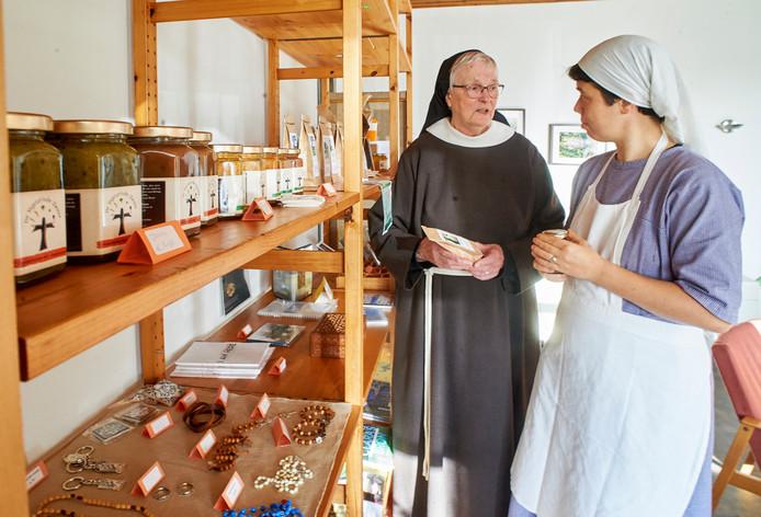 Zuster Chiara (links) en Emanuël bij een uitstalling van producten in het Megense klooster.