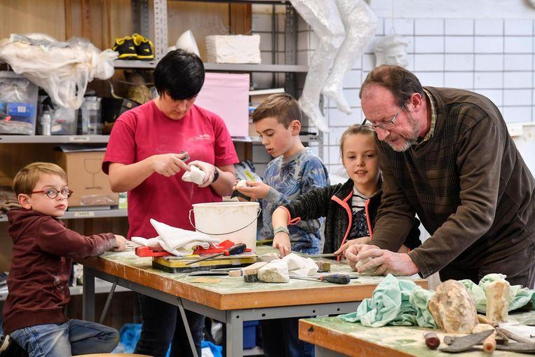 Kinderen, ouders en grootouders konden gisteren kennismaken met het beeldhouwen.
