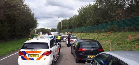 Politie houdt tweetal aan na achtervolging op A73, auto vol koperen goederen