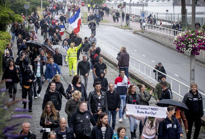 Demonstranten tegen de coronamaatregelen verzamelden zich begin juli ondanks een verbod in Park Oog in Al.