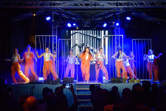 Ook showgroep D-Fuse trad op tijdens de zittingsavond van De Kraaienvangers.