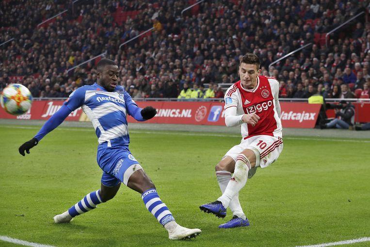 Leeroy Owusu van De Graafschaf and Dusan Tadic (R) van Ajax. Beeld ANP Pro Shots