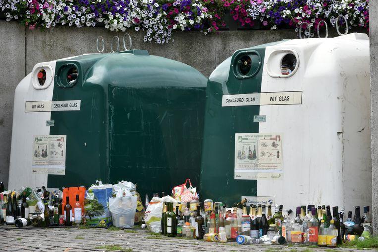 Illustratiebeeld : Overvolle glascontainers aan het plein Zeshoek in het centrum van Wetteren.