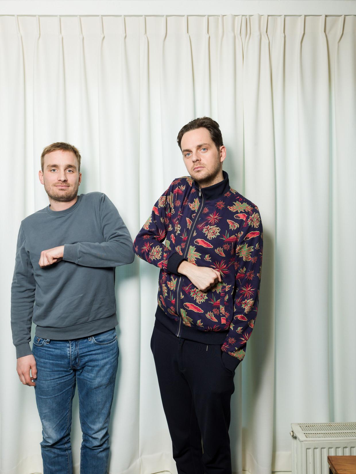 Tom van Kalmthout (links) en Yannick van de Velde (rechts) hebben net gehoord dat door het coronavirus hun theatertournee wordt opgeschort. Beeld Ivo van der Bent