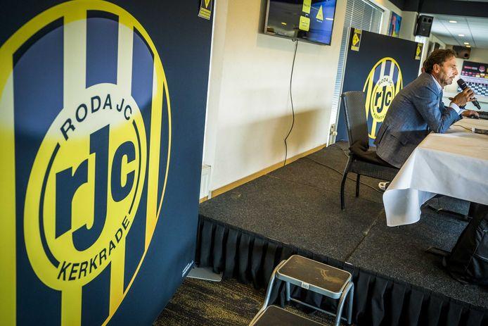 Bert Peels tijdens een persconferentie in het Parkstad Limburg Stadion over de toekomstplannen van Roda JC.
