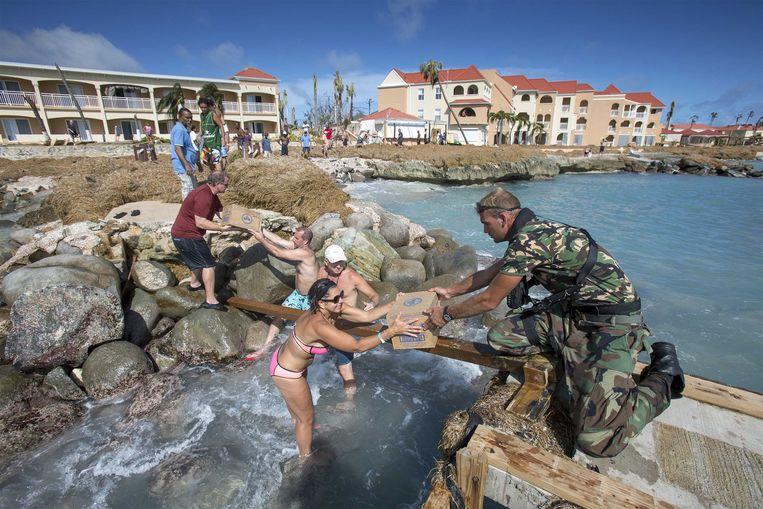 Nederlandse militairen verlenen ondersteuning tijdens een missie om het door orkaan Irma getroffen eiland te helpen. Beeld ANP Handouts