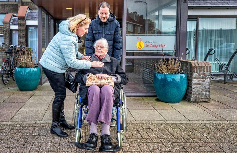 Basisschoolleraren Edwin de Groot en Annemarie Melchers duwen mevrouw Schouten voort in Egmond aan Zee. Beeld Raymond Rutting / de Volkskrant