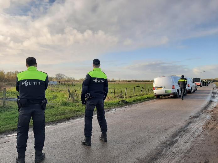 Het onderzoek in Macharen in een weiland aan de Rottenstraat, pal naast het Ossermeer.