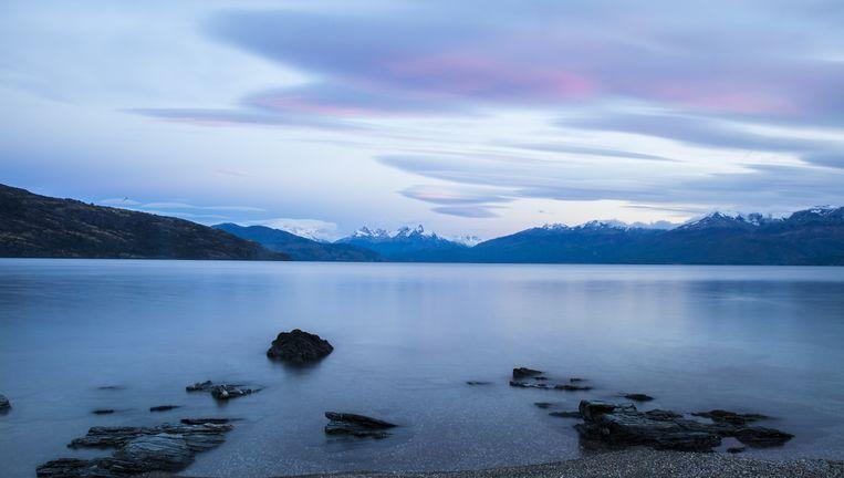 Het General Carrera-meer langs de Carretera Austral, rond 7 uur 's morgens als de toppen van de gletsjers roze kleuren. Beeld Hilde Harshagen