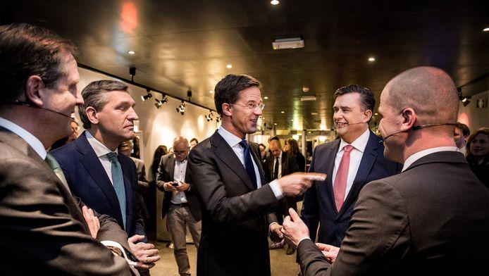 De deelnemers aan het verkiezingsdebat treffen elkaar in de studio