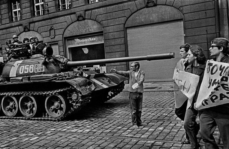 Eva Jineks vader Pavel Jinek in 1968 voor een Russische tank in Praag. Beeld Josef Koudelka / Magnum Photos