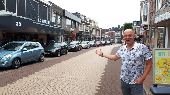 Oranjestraat-winkelier Martijn Rijssemus wijst op de parkeerplaatsen die allemaal bezet zijn.