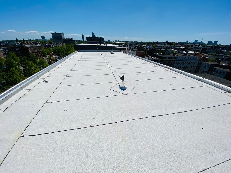 Een nieuw dak aan de Wibautstraat dringt dankzij een speciale coating de luchtvervuiling terug.