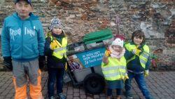 Kleuters Freinetschool helpen Renéke tijdens laatste werkdag