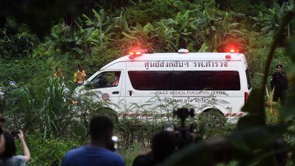 """Vier Thaise voetballertjes """"in perfecte gezondheid"""" gered, reddingsactie opgeschort tot morgen door zuurstofgebrek"""