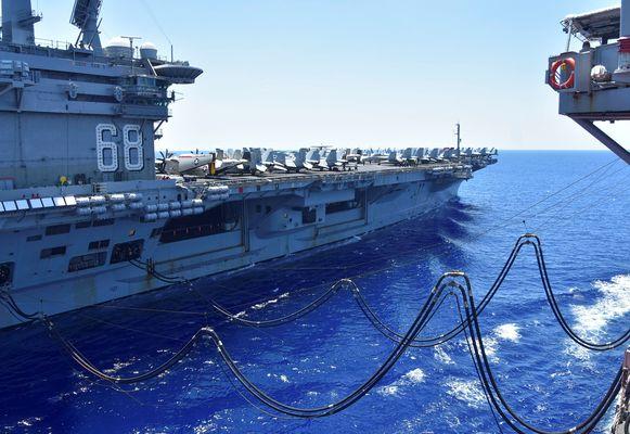 Het Amerikaanse vliegdekschip USS Nimitz wordt bijgetankt in de Zuid-Chinese Zee.