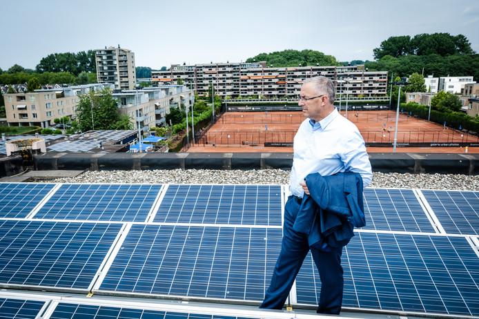 Burgemeester Ahmed Aboutaleb tussen de panelen op het dak van een appartementencomplex aan de 1e Jerichostraat in Rotterdam-Kralingen.