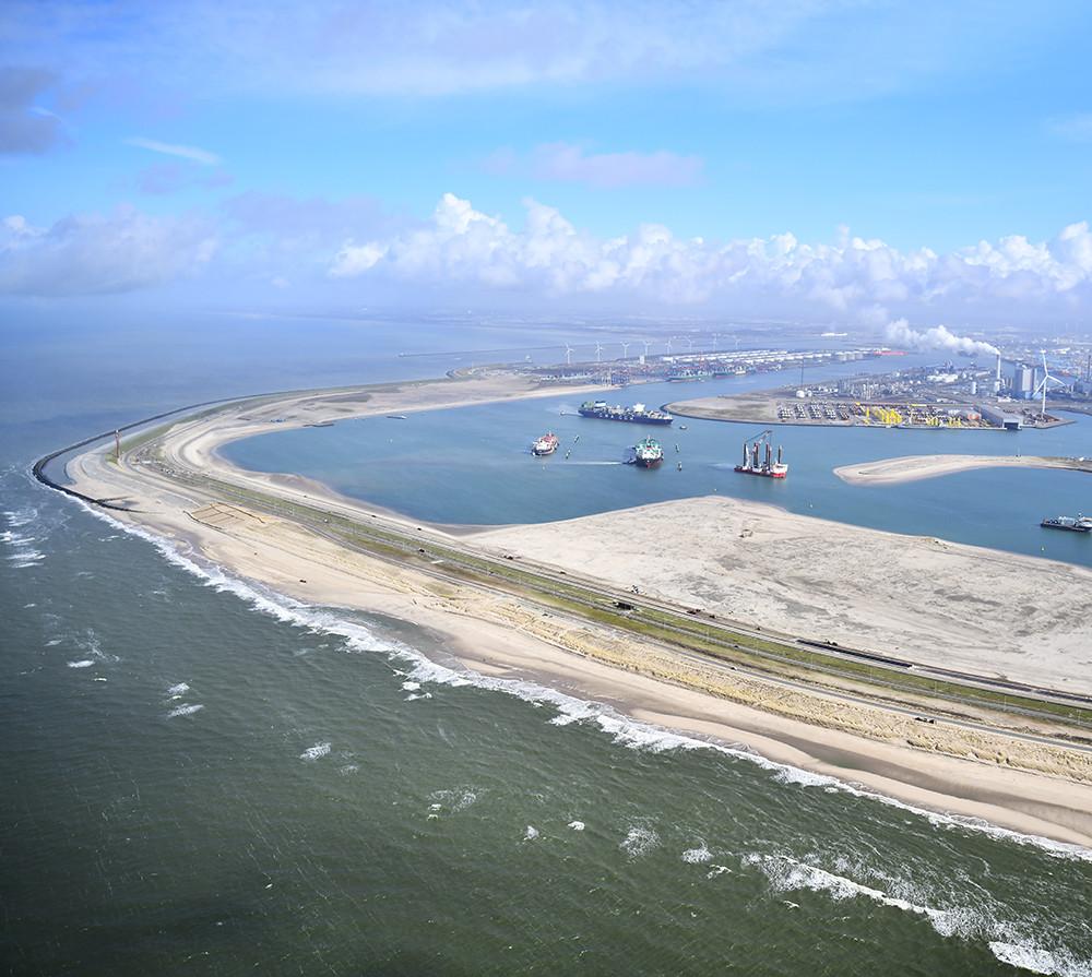Eneco wil een windmolenpark bouwen op de Tweede Maasvlakte. Een deel van de molens komt op dit strand.