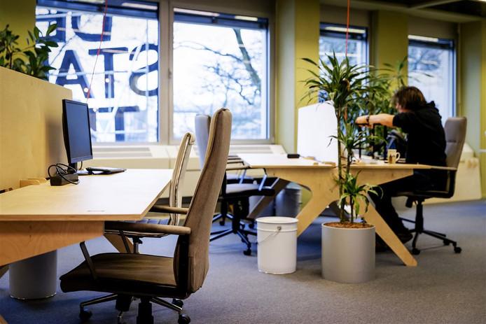 In de kantoortuin van De Stadstuin in Utrecht zijn zzp'ers aan het werk.