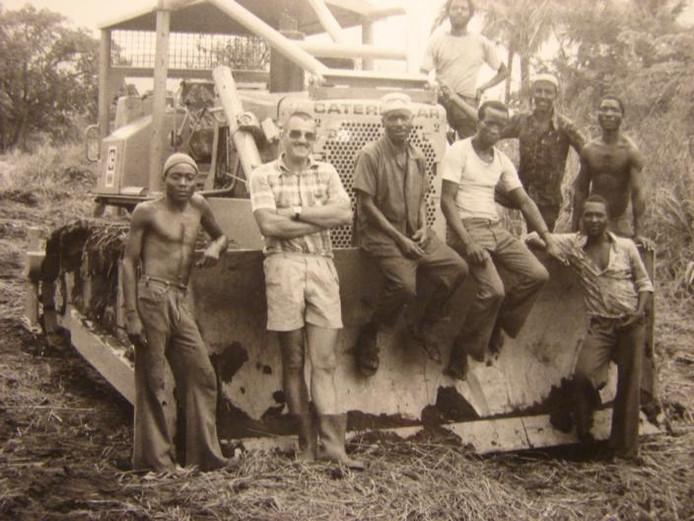 Rinus van Wezel in Tanzania waar hij de plaatselijke bevolking hielp bij het opzetten van maïsteelt. Dit project werd echter geen succes.