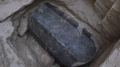 Mysterieuze zwarte sarcofaag geopend: inhoud minder spectaculair dan gehoopt
