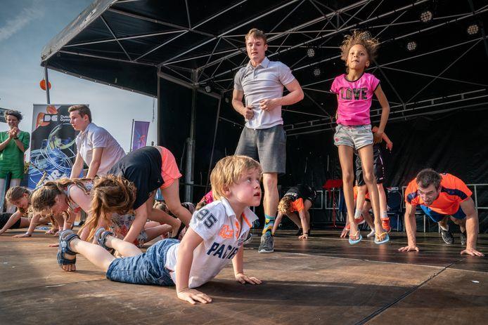Deelnemers in actie tijdens de nacht van het sportende kind bij de Maaspoorthal, een van de onderdelen van het IAG Sportevent in 2019.  De kans is klein dat er later dit jaar nog een ingekrompen versie door kan gaan.