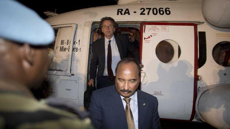 Bert Koenders, hoofd van de VN-missie in Mali, arriveert op het vliegveld van Gao. Hij arriveerde vanuit Kidal waar hij gesprekken heeft gevoerd met de oppositie die de stad in handen heeft. Hij deed dit samen met de voorzitter van de Afrikaanse Unie, Mohammed Ould Abdel Aziz (voor). Beeld anp