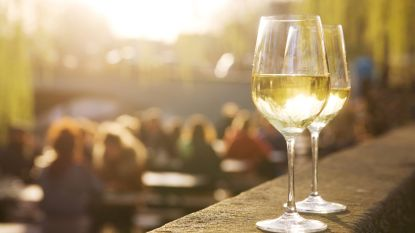 Deinzenaar (53) knalt met glaasje wijn te veel op tegen straatlantaarns in Sint-Martens-Latem: 1.600 euro boete en rijverbod