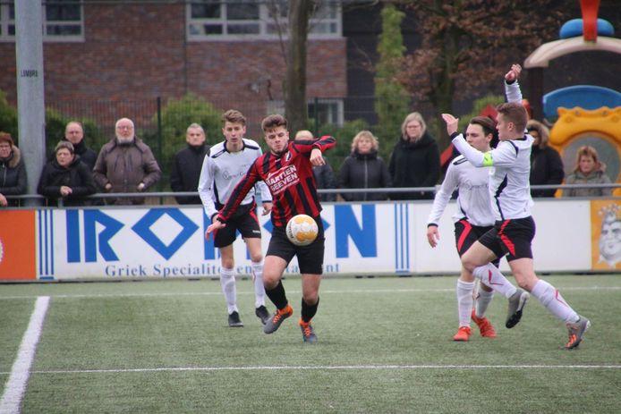 Roy Olislagers namens Braakhuizen aan de bal in de thuiswedstrijd tegen EFC.