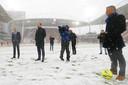 Scheidsrechter Bjorn Kuipers keurt het veld voor de eerste keer vandaag.