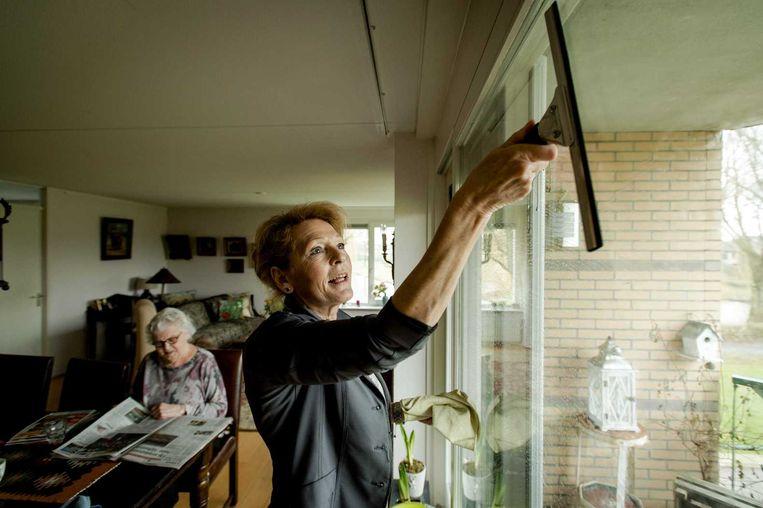 Een medewerkster van Buurtzorg neemt de woning van mevrouw De Jong in Amersfoort onder handen. Beeld anp