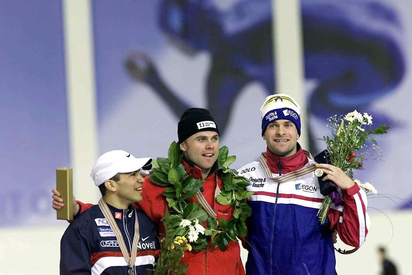 Erben Wennemars bij de WK afstanden in 2001 samen op het podium met de Noorse winnaar Adne Søndral.