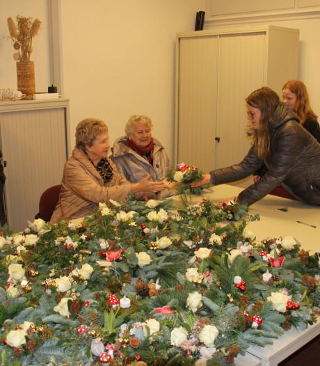 Leerlingen maken 440 kerststukjes voor ouderen