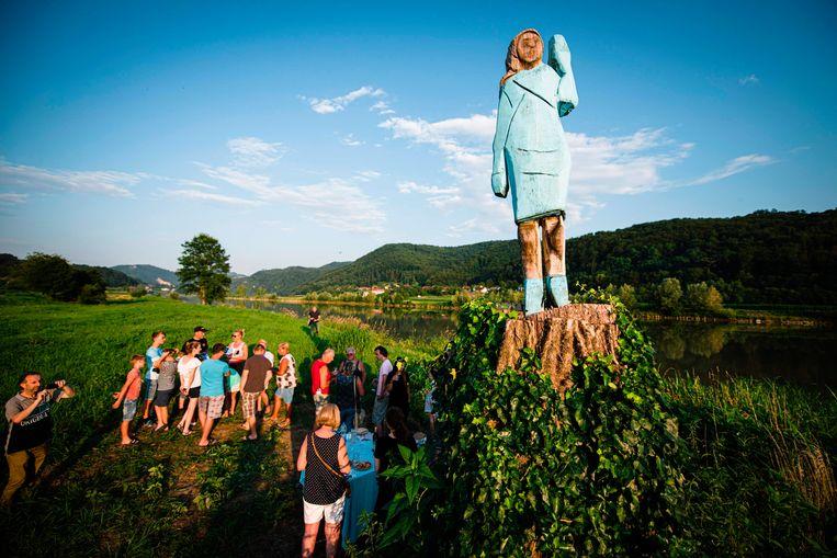 Na Melania-cake, Melania-honing en zelfs Melania-pantoffels heeft het Sloveense Sevnica, de geboortestad van de Amerikaanse First Lady, nu ook een levensgroot standbeeld om haar te eren. In de velden rondom de stad plaatste kunstenaar Ales 'Maxi' Zupevc het, naar zijn zeggen, eerste monument ooit van Melania Trump. Beeld AFP