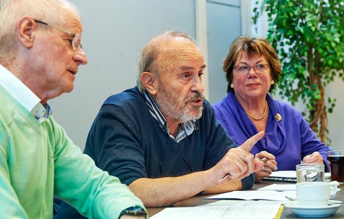 Het Actiecomité voor Democratie in Landerd in betere tijden met Piet Manders aan het woord. Links Piet Geurts van Kessel, rechts Corrynne van Traa.