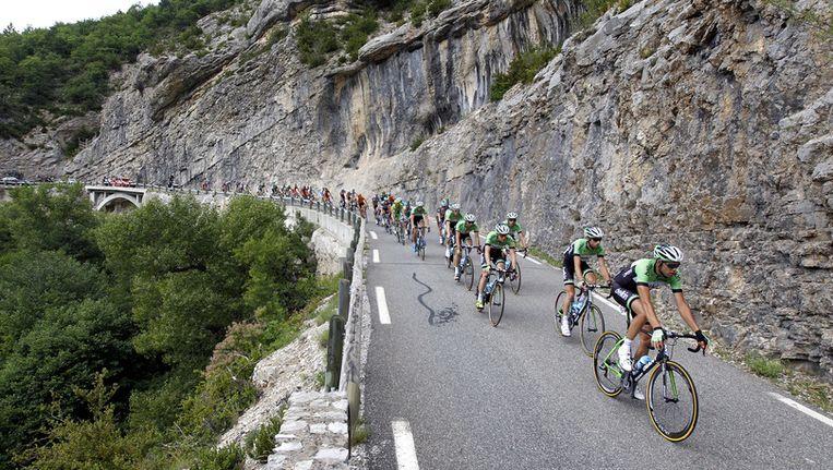 De Nederlandse renner Laurens ten Dam (2e R) in actie met het peloton tijdens de zestiende etappe van de Tour de France van Vaison-la-Romaine naar Gap. Beeld anp